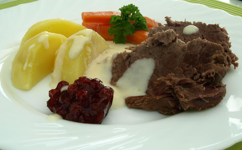 Gekochtes Rindfleisch mit Salzkartoffeln und Meerrettichsoße