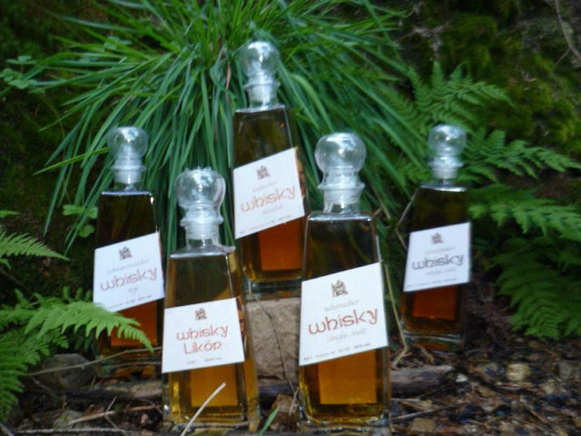 Verschiedene Whiskysorten aus dem Schwarzwald