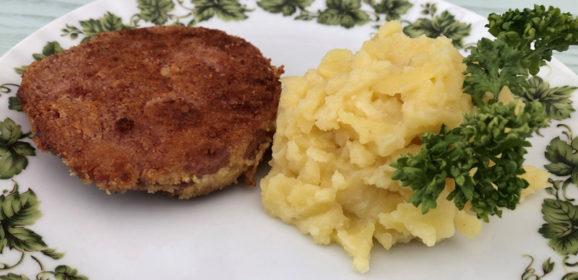 Bratwurst paniert mit Kartoffelsalat