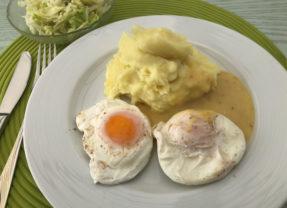 Verlorene (pochierte) Eier in Senfsoße, Kartoffelpüree / Salzkartoffeln und Salat